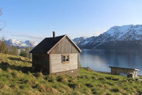Gezellige hut vlak bij de Fjord