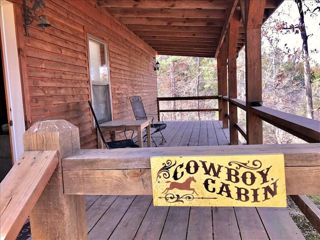 3 Miles to Kings River! Cowboy Cabin, King, GIANT SPA TUB, Wooded Views, Hiking, Tranquil & Secluded
