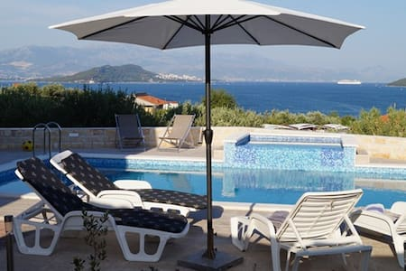 Villa Silva - enjoy the pool with a view! - Slatine - Talo
