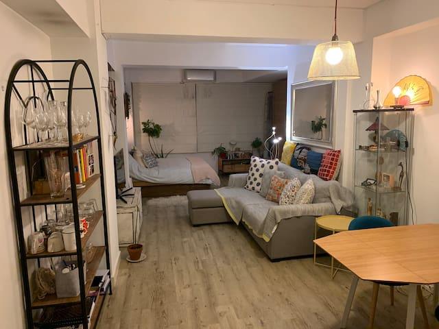 Cosy, unique, well-lit studio apartment, sleep 2