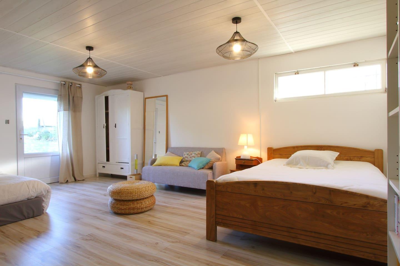 Deux grands lits double avec armoire de rangement et télévision.