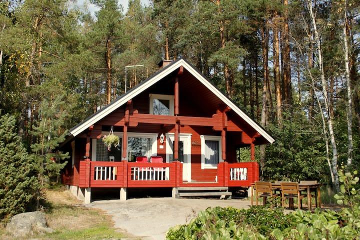 Tammi-mökki, kodikas hirsimökki saaristossa