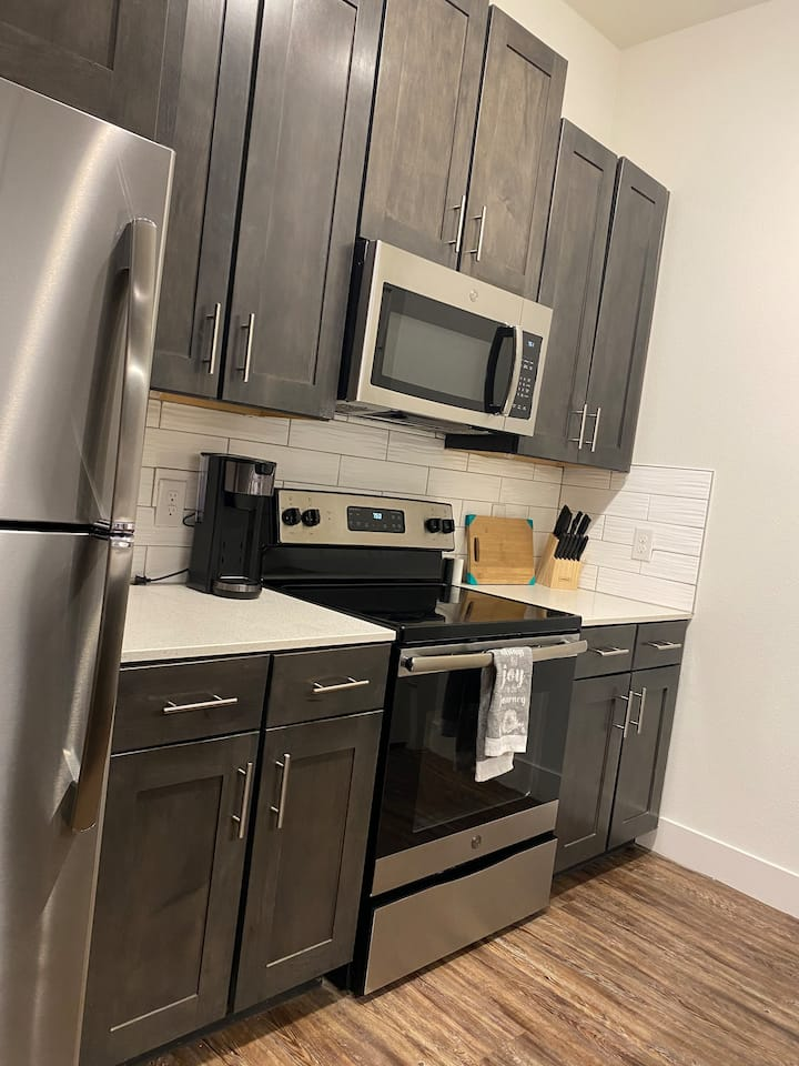Queen 2BR+free parking WiFi Netflix, 5min - shops