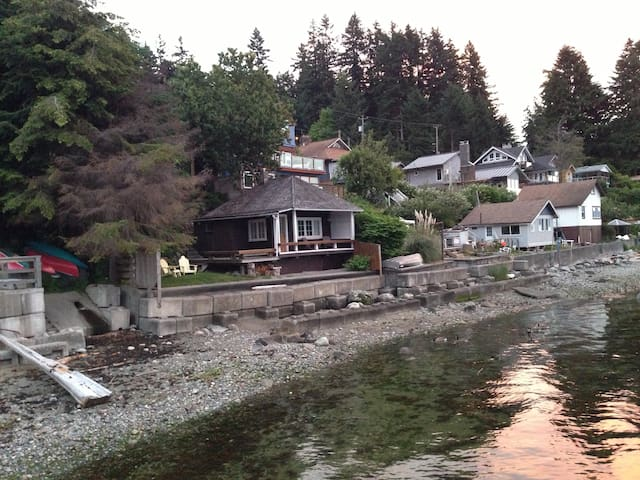 Beach Cottage - Gibsons - Bed & Breakfast