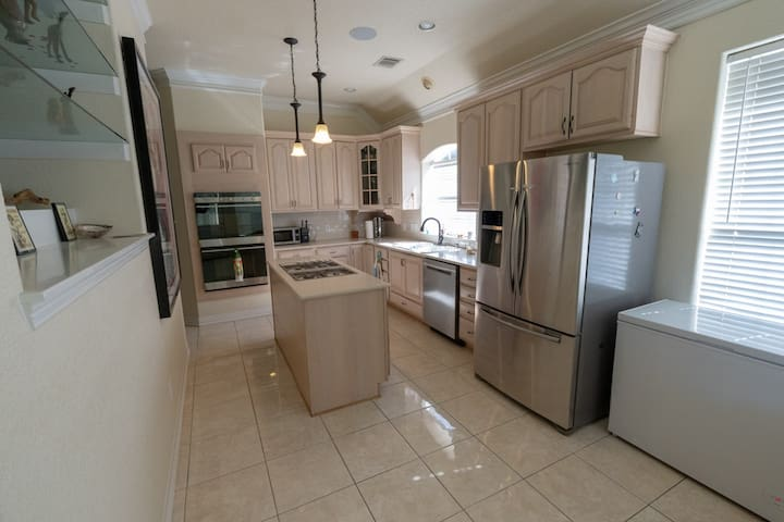 Fully equipped kitchen with reverse osmosis water, deep freezer, Keurig and other amenities