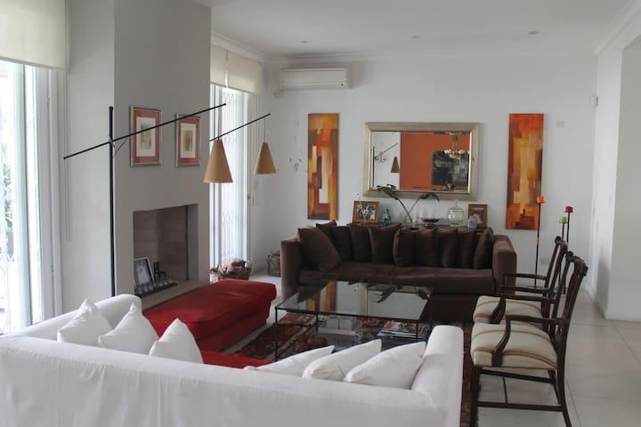 excelente casa con jardin y pileta - Vicente López - House