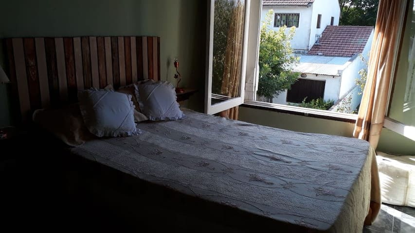 Dormitorio con cama matrimonial