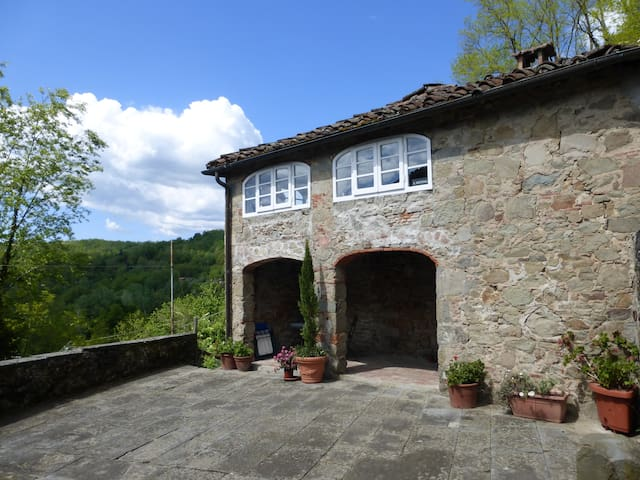 Cottage with stunning hillside view - Longoio-mobbiano - Hus