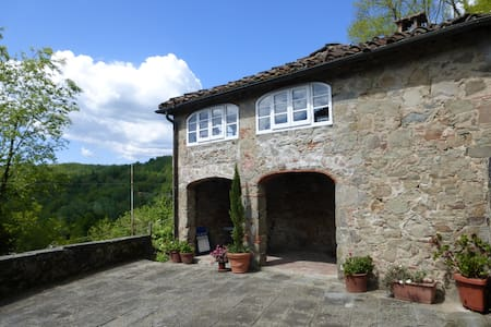 Cottage with stunning hillside view - Longoio-mobbiano