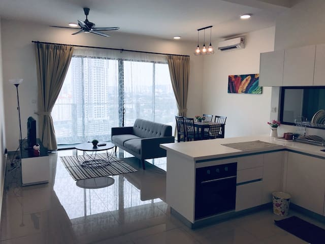 Premium Cozy Deluxe Room near Mid Valley City