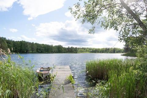 Huset vid Betsede sjö, nära till skogen och havet.