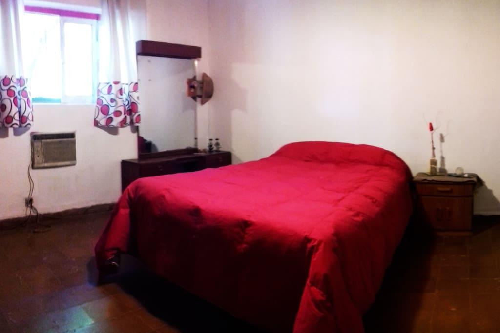 Habitación privada con sommier de dos plazas y media, placard, aire acondicionado y calefacción.