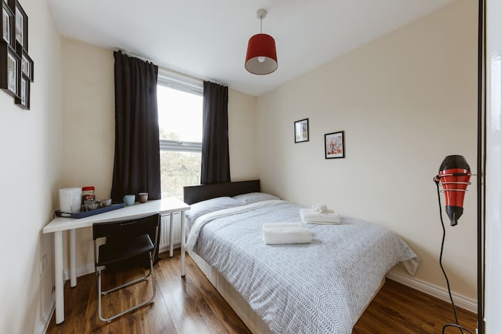 Mile end double room with shared bathroom :) R5