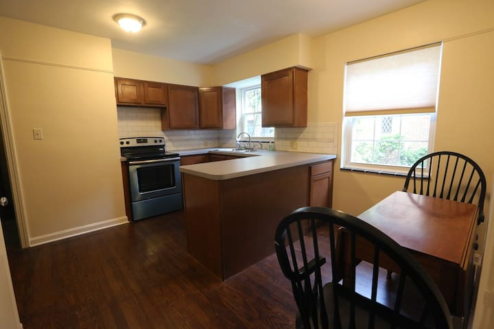 1000 s/f Two BR apt in Highland Square - Remodeled - Akron - Apartment