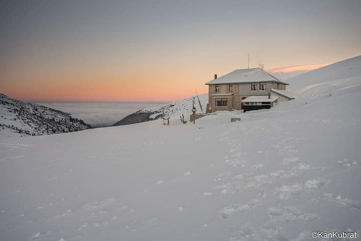 Macedonia Hut