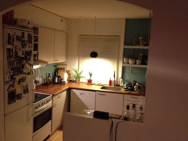 Cheap room close to natur and train to Copenhagen - Kokkedal - Townhouse