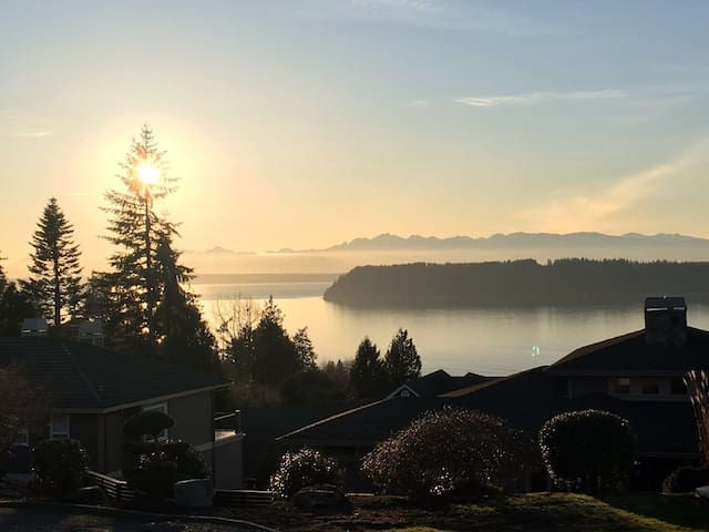 Page's Water View Home: Sunset Room - Mukilteo