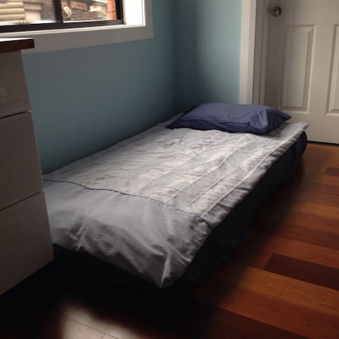 Girl only to stay,Shared bedroom in Modern house, - North Ryde - Casa