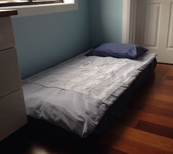 Girl only to stay,Shared bedroom in Modern house, - North Ryde - Huis