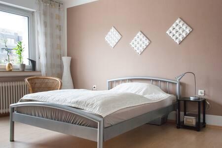 Helles, freundliches Zimmer/Balkon und eigenem Bad