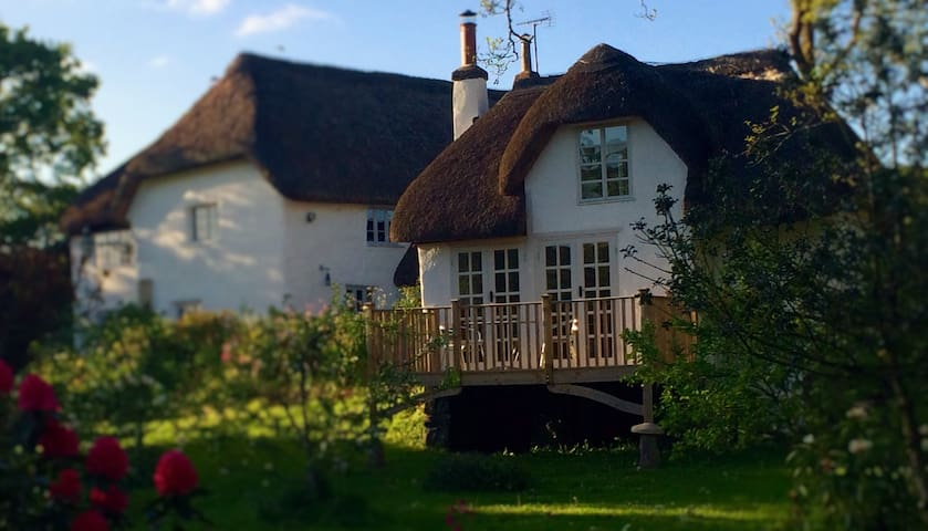 The Linhay, a beautiful, romantic thatched cottage