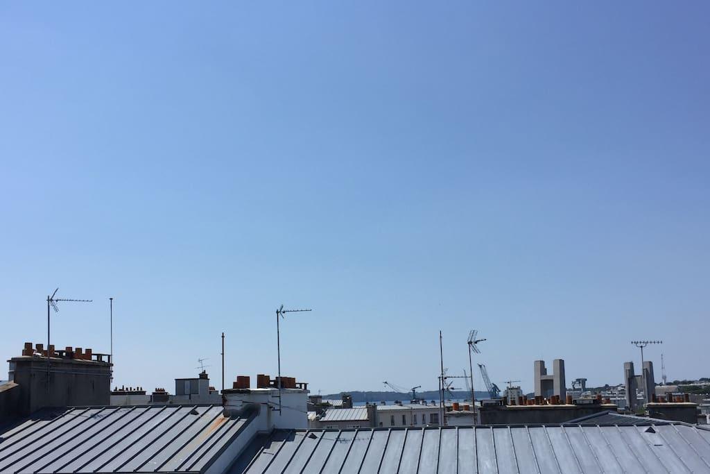 Vue sur les toits et la ville