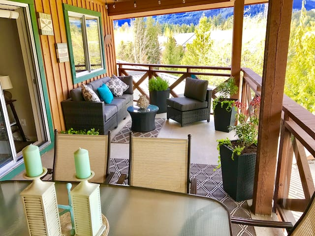 Our very spacious patio includes a 6 seater dinning table and lounge area with views of the surrounding mountains.