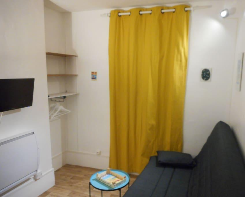 Salon-chambre avec rideau fermé