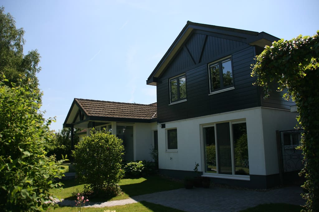 Voorzijde woning.   Front side of the house.