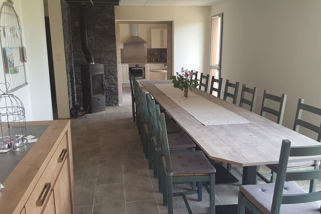 Grande salle avec vue sur la cuisine