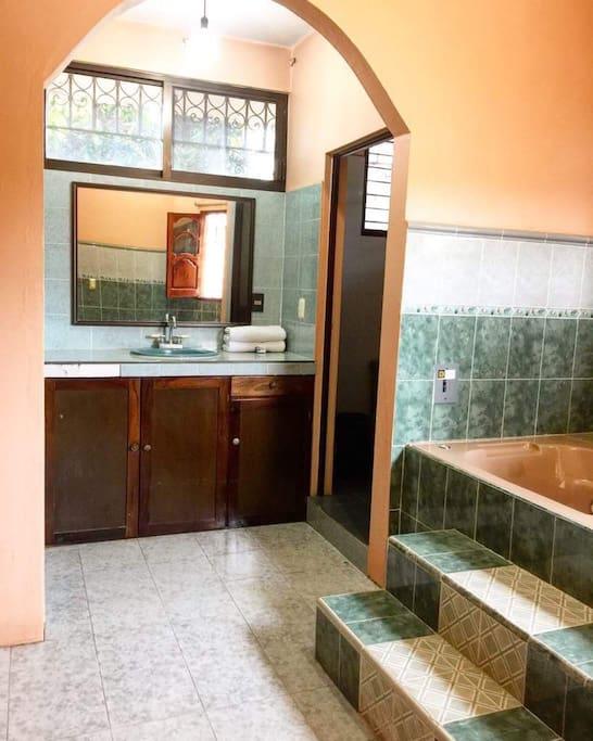 Baño privado, incluye bañera y ducha