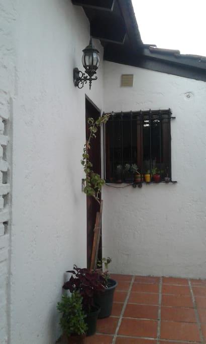 Puerta de la casa y ventana de la cocina