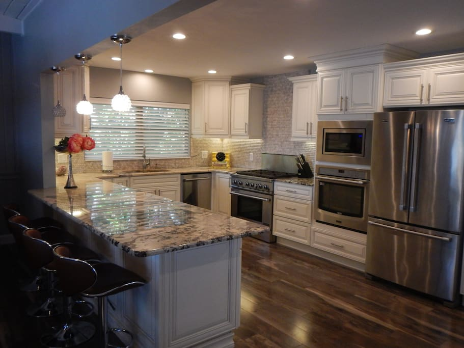 Gourmet Kitchen with 6 Burner Gas Range