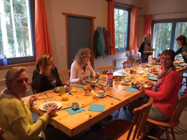 Gezellig aan tafel met vriend(inn)en, familie,...  Partager des bons moments entre amis, famille...