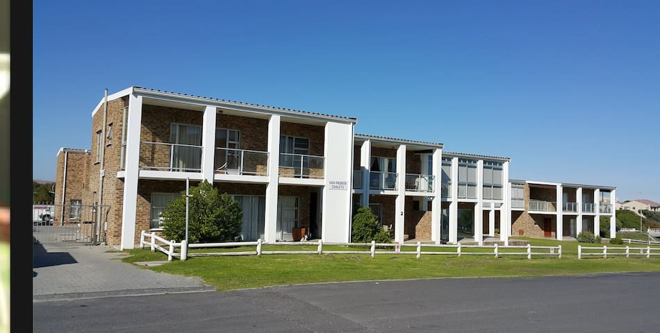 Double storey apartment 2 minutes from the beach. - Cape Town - Huoneisto