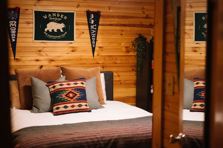 Guest room w/ queen bed