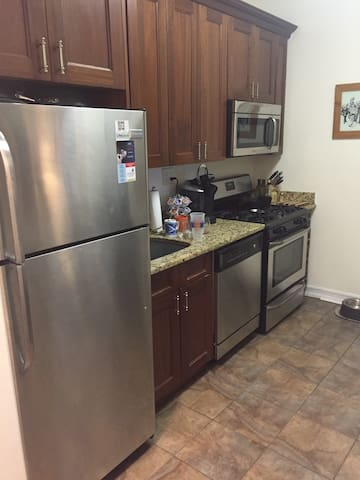 Sunny, huge bdrm next to the park - New York