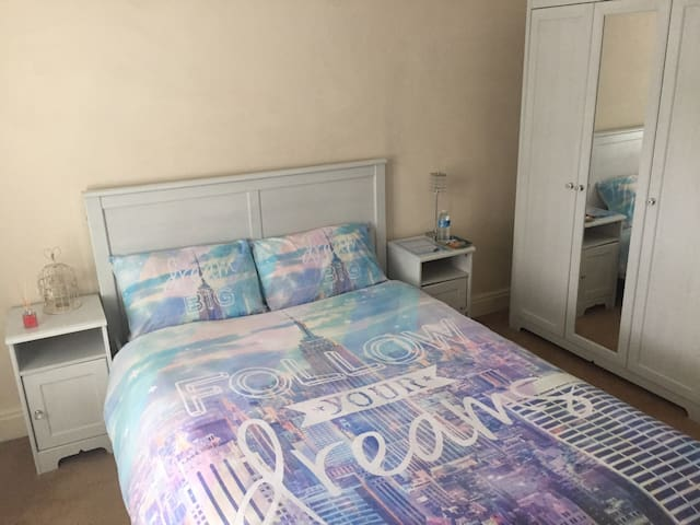 Spacious Stylish Double Bedroom in old East London