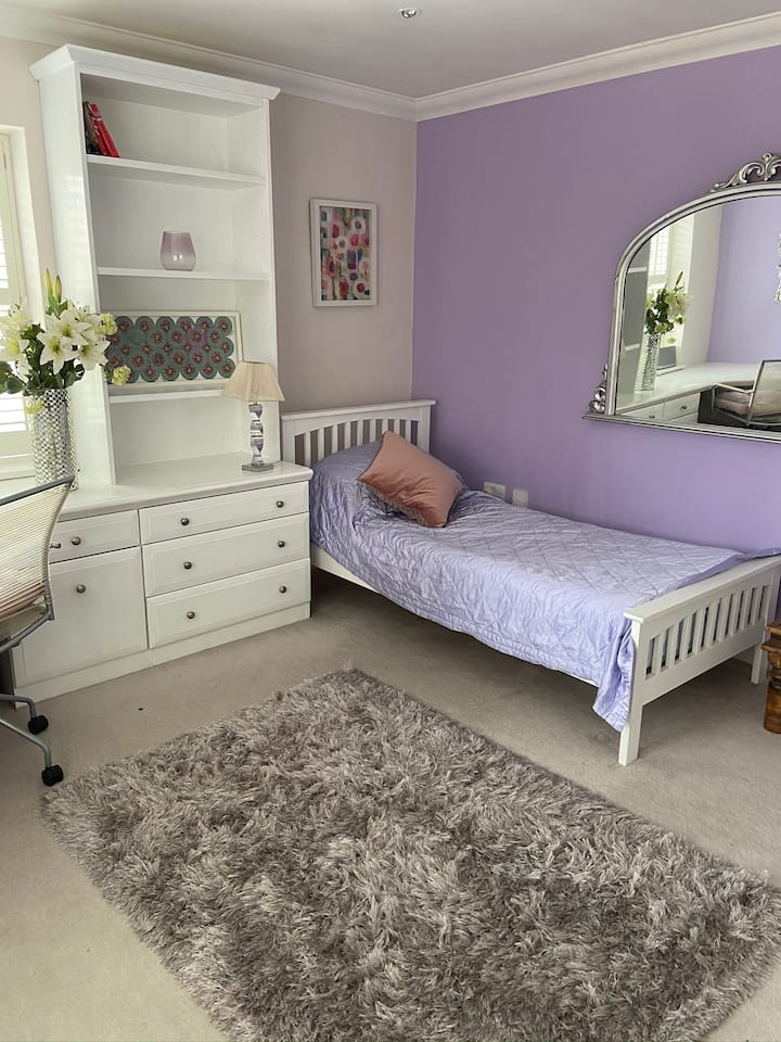 Room in beautiful home in historic Thames Ditton.