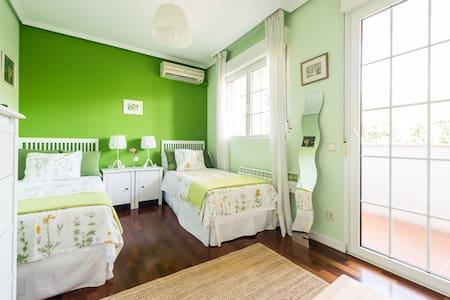 Beautiful twin room in a luxury house near Madrid