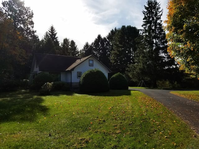 Private 2 acre wooded lot on lake-Families-4 bdrm