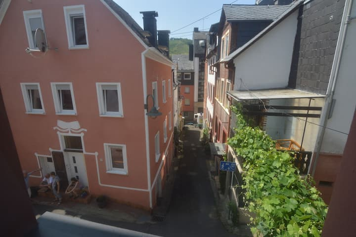 Lovely modern apartment, walking distance from the Mosel, shops and restaurants