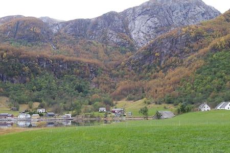 House near fjord, mountain and glacier. - Kvinnherad - 公寓