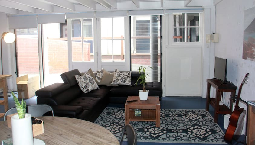 Airy, central Freo warehouse apartment (2 BR) - Fremantle - Departamento