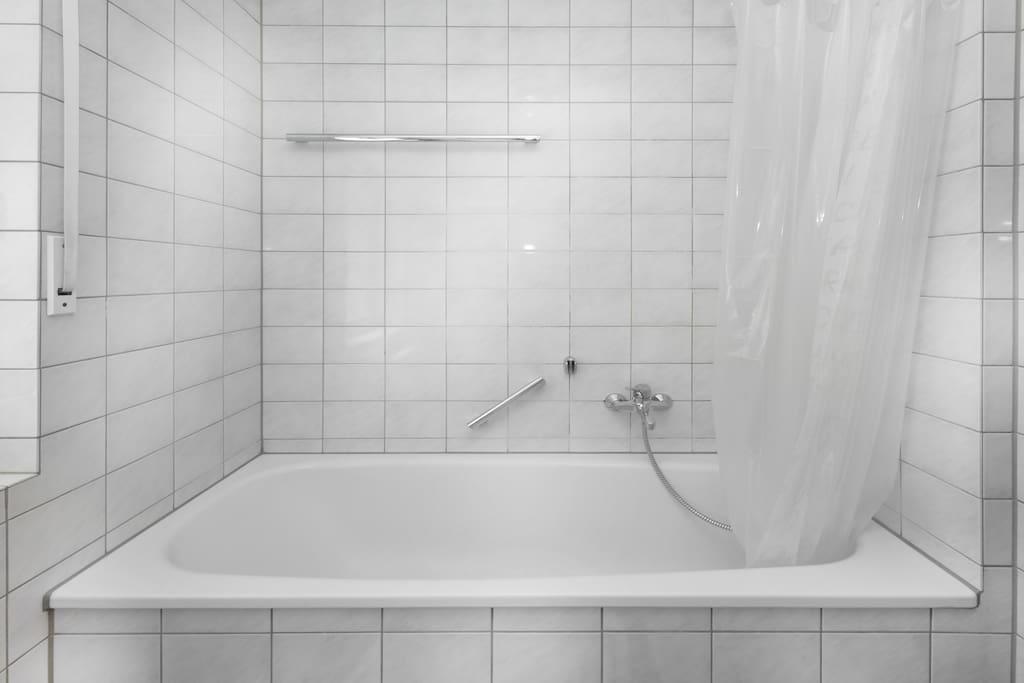 Badewanne mit Duschmöglichkeit