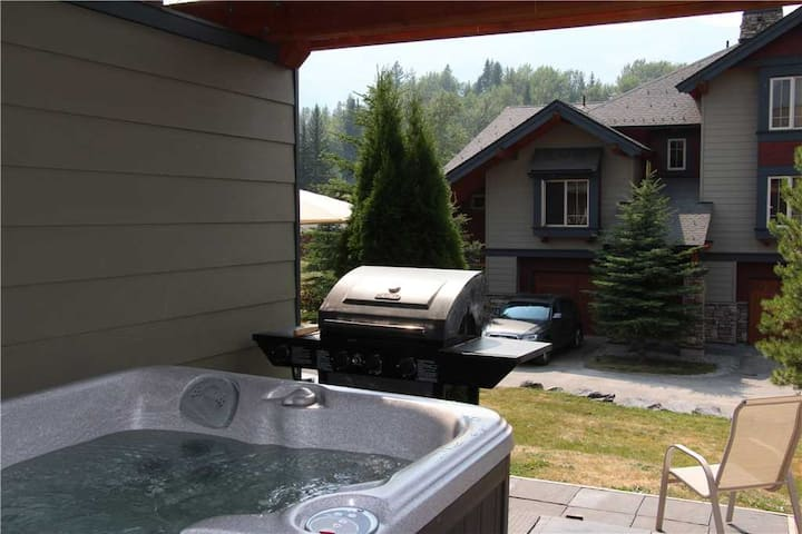 Luxury 3-level townhome with private hot tub, BBQ, kitchen, free wifi and mountain views: 45-102 - Pinnacle Ridge Chalet 45-102