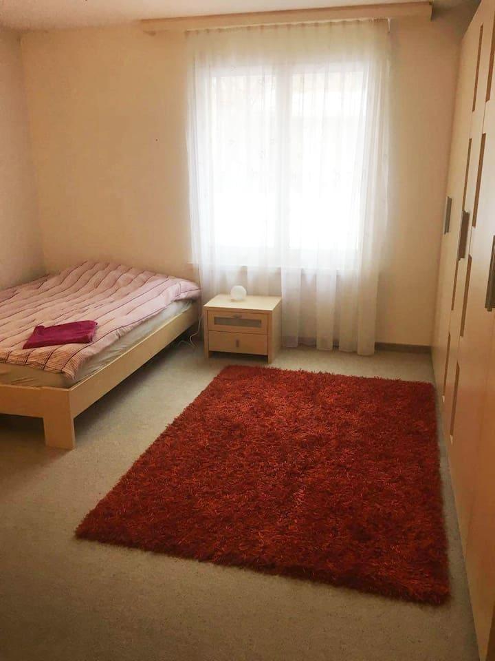 Big room, big bed grosses Zimmer, grosses Bett