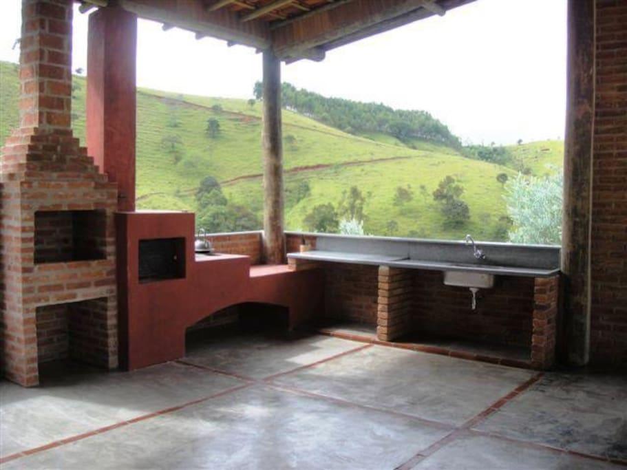 Área externa com forno e fogão a lenha