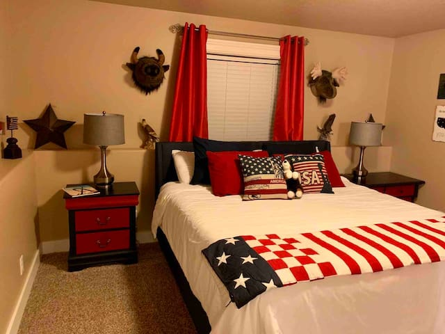 Patriotic room with king size bed it has a mini fridge/freezer in the room.  Smart tv with dish network.   Large on-suite vanity and closet.  The bathroom has a tub shower combo and toilet.  Plenty of shampoo, conditioner and body wash.