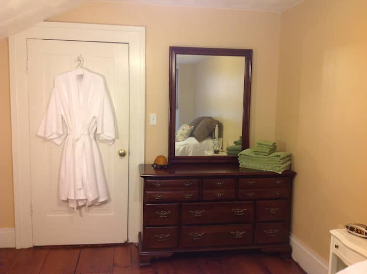 Circa 1800s Full Bed - Shared Bath - Sleeps Two